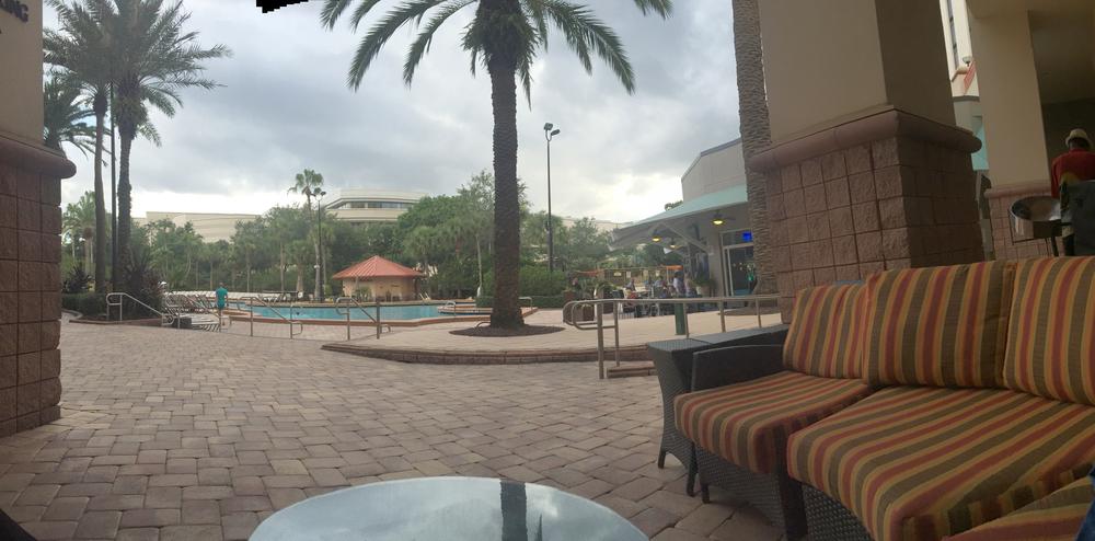 En la piscina del hotel se escucha música caribeña por las tardes