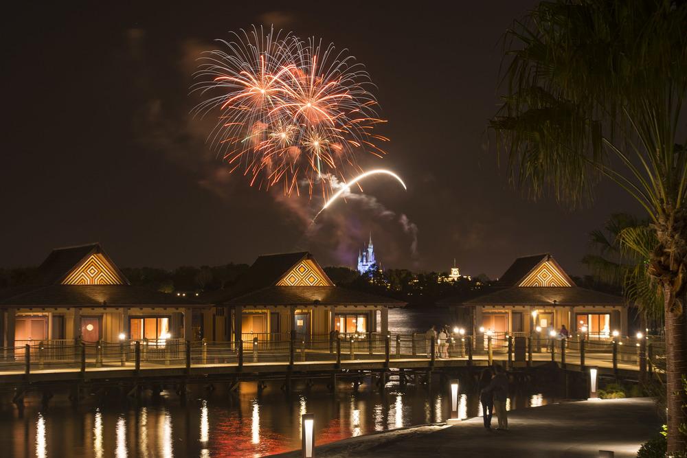 Vista de los fuegos artificiales de Magic Kingdom desde el hotel |Walt Disney World Resorts Photo