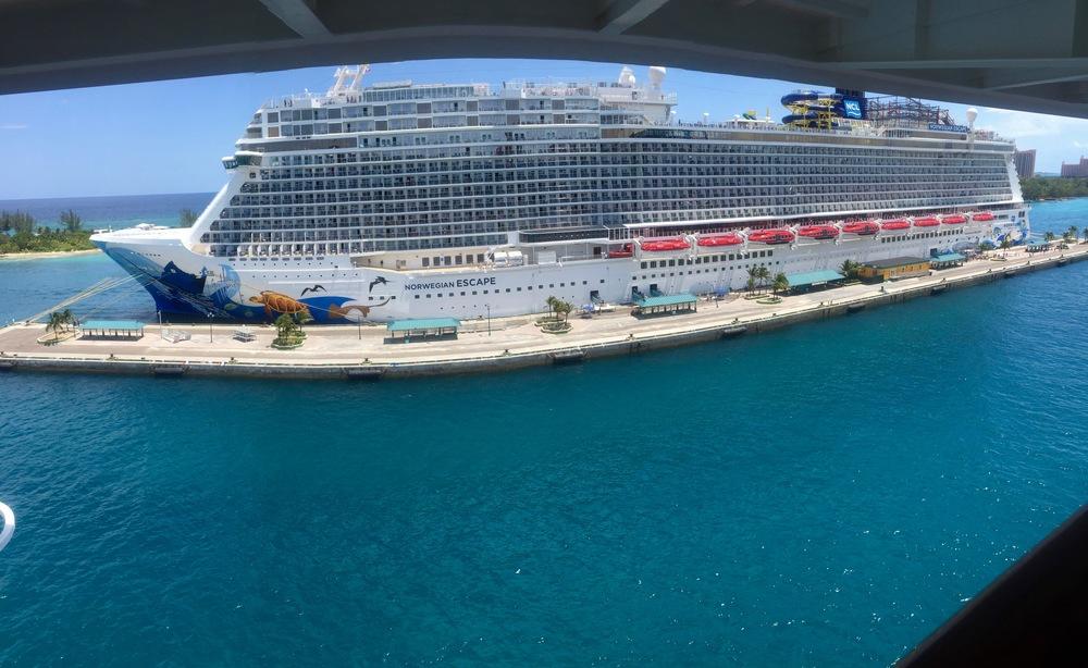 En Nassau el Norwegian Escape se estacionó a un lado