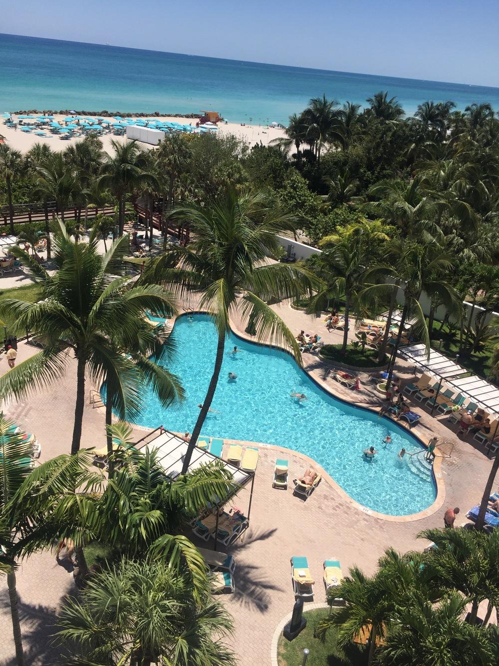 Esta es la piscina del hotel desde el balcón