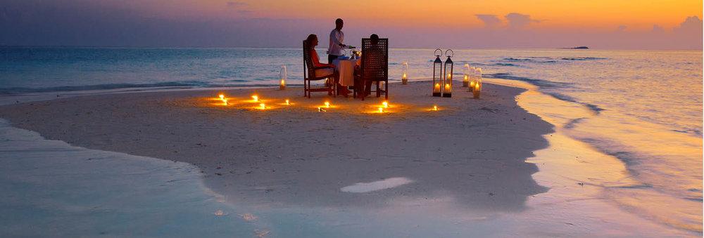Baros Maldives cena en la playa