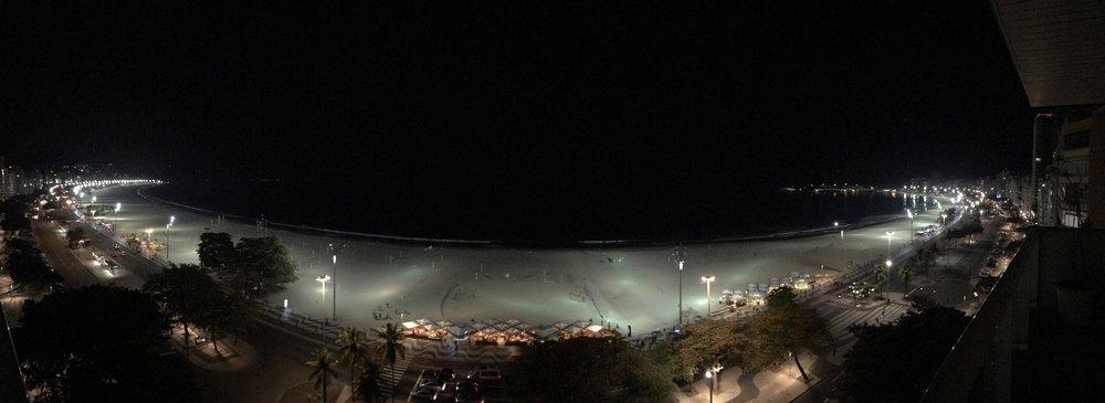 Vista nocturna de Copacabana desde el balcón