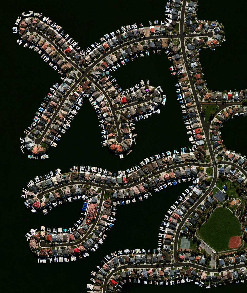 5/26/2016 Discovery Bay Discovery Bay, California, USA 37°54′31″N 121°36′01″W   Discovery Bay is a waterfront community built on a network of man-made dikes in Contra Costa County, California, USA. Development of the area began in 1964 is now home to roughly 13,352 residents. As seen in this Overview, many residents have private docks with boat access to the Sacramento–San Joaquin River Delta.
