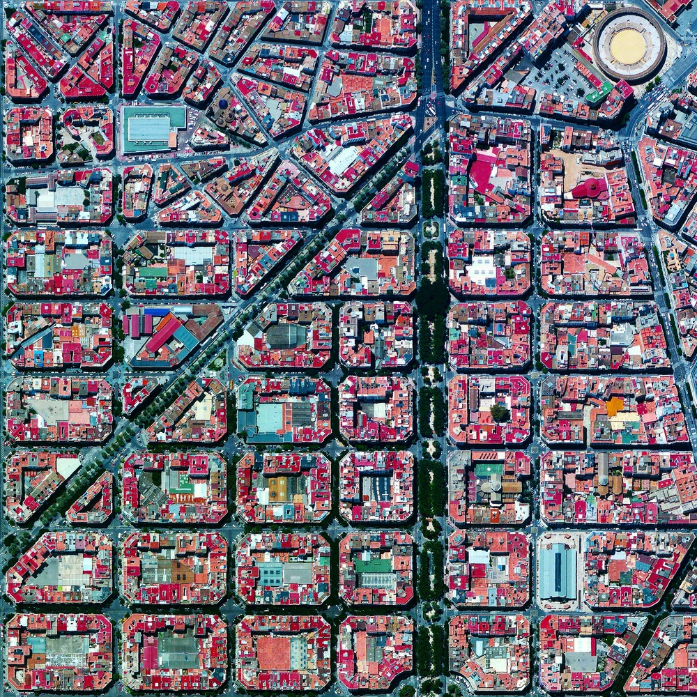 8/17/2015 L'Eixample Valencia, Spain 39°27′53″N 0°22′12″W   The urban plan of the L'Eixample district in Valencia, Spain is characterized by long straight streets, a strict grid pattern crossed by wide avenues, and apartments with communal courtyards. A similar layout was used for the district of the same name in Barcelona. The circular structure in the upper right is the Plaza de Toros de Valencia - the city's largest bullfighting arena.