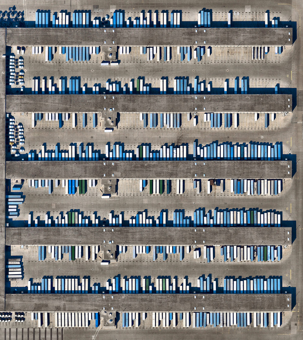 """Trailers are docked and loaded at the Chicago Area Consolidation Hub, a package sorting facility in Hodgkins, Illinois. This 1.5 million square foot (139,355 sq. m) facility is owned by the United Parcel Service (UPS) and handles packages traveling throughout the United States and world. Roughly 1.5 million packages pass through its more than 65 miles (105 km) of conveyor belts every day.  41°45'02.7""""N 87°52'43.0""""W  Source imagery: Nearmap"""