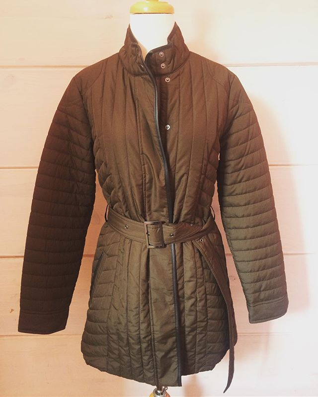 Cold weather is coming! This @bananarepublic brown belted coat is a must have. It still has its original tags of $149.99. Get it for $34.99 at Duo! 🙌🏻 #shopatduo #styleforless #ecofriendly . . . #restyle #rewear #resale #consignment #instashop #bananarepublic #puffycoat #newwithtags #fallstyle #winteriscoming #cvilleva #shoplocal #shopgreen