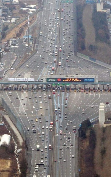 thedailywhat :      Optical Illusion of the Day:  An aerial photo of an expanding-contracting toll road creates a real-life- Inception -esque illusion.   [ 22words .]