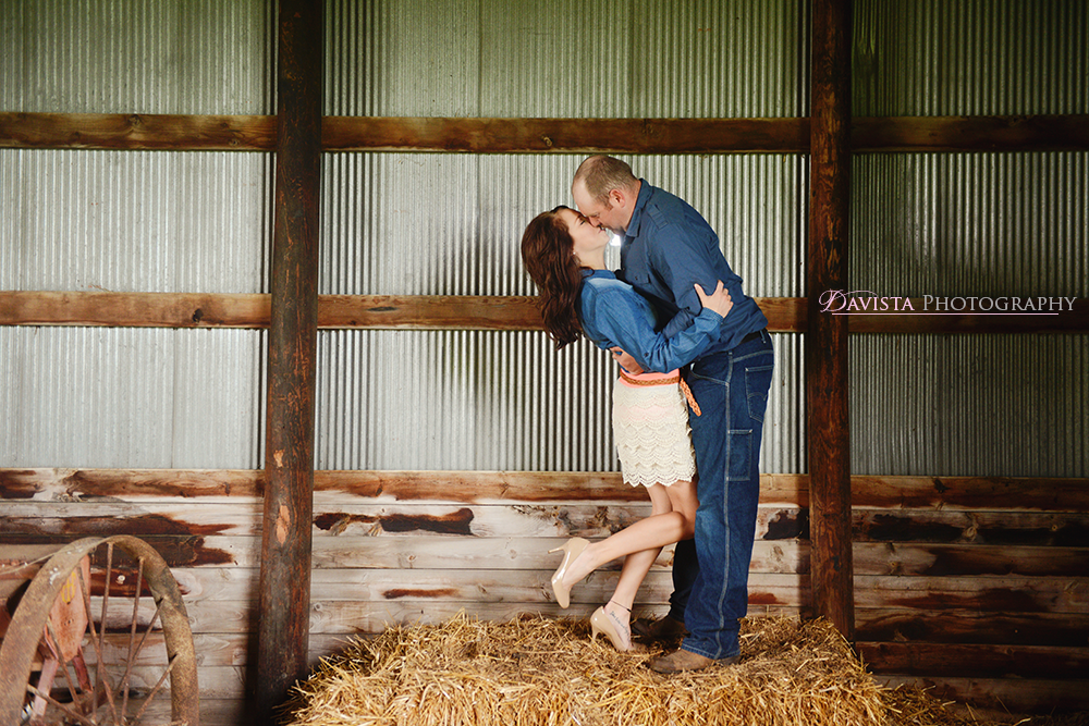 cute-couples-in-a-barn-inspiration-poses