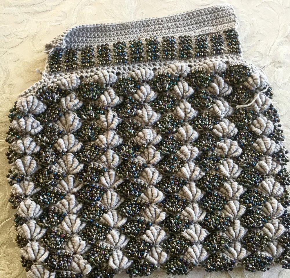Две подкладки-с синтепоном и без. Причем , внутреннюю синтепоновую подкладку необходимо простегать слепымистежками к основному полотну , чтобы укрепить сумку и сделать ее менее растяжимой.