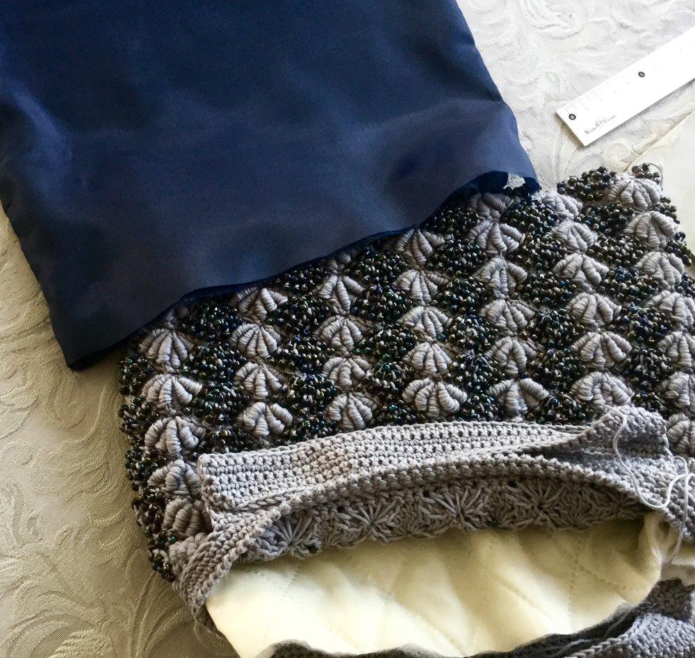 С внутренней стороны сумки прикрепление подкладок закрывается несколькими рядами столбиков без накида.