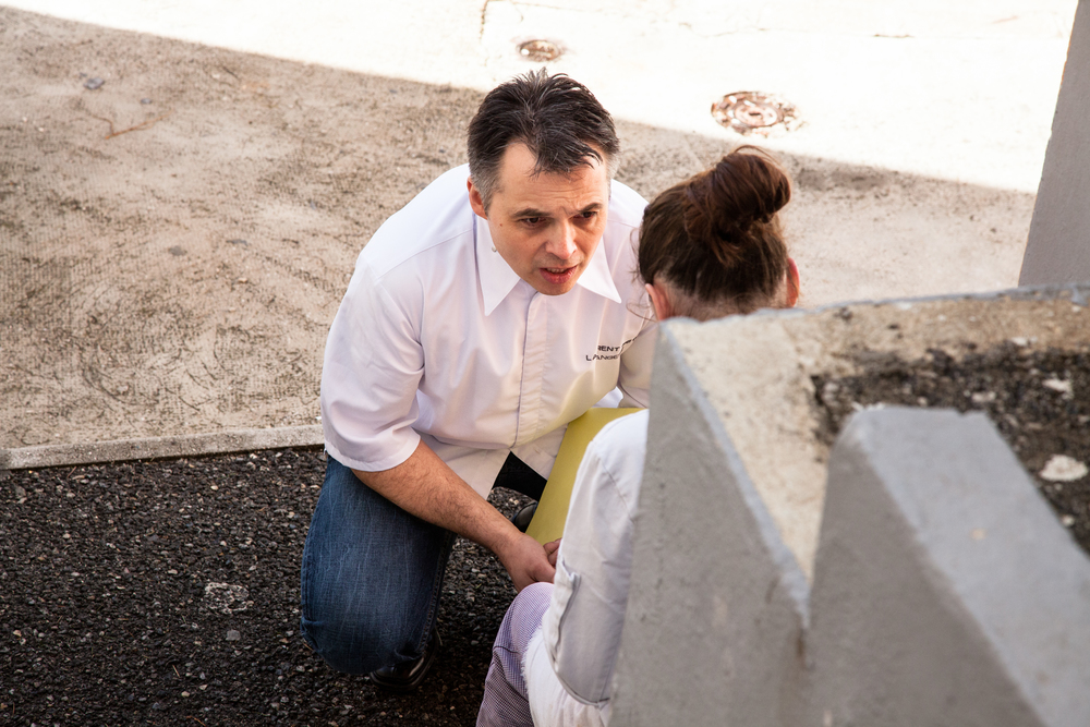 Laurent Petit, membre du jury travail, réconforte et tente de remettre sur pied une candidate qui souhaite abandonner.