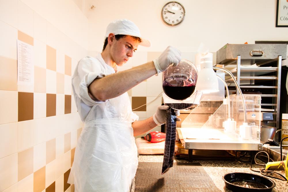 Les apprentis doivent réaliser plusieurs pièces pendant le concours. Ici, un candidat prépare sa pièce en sucre.