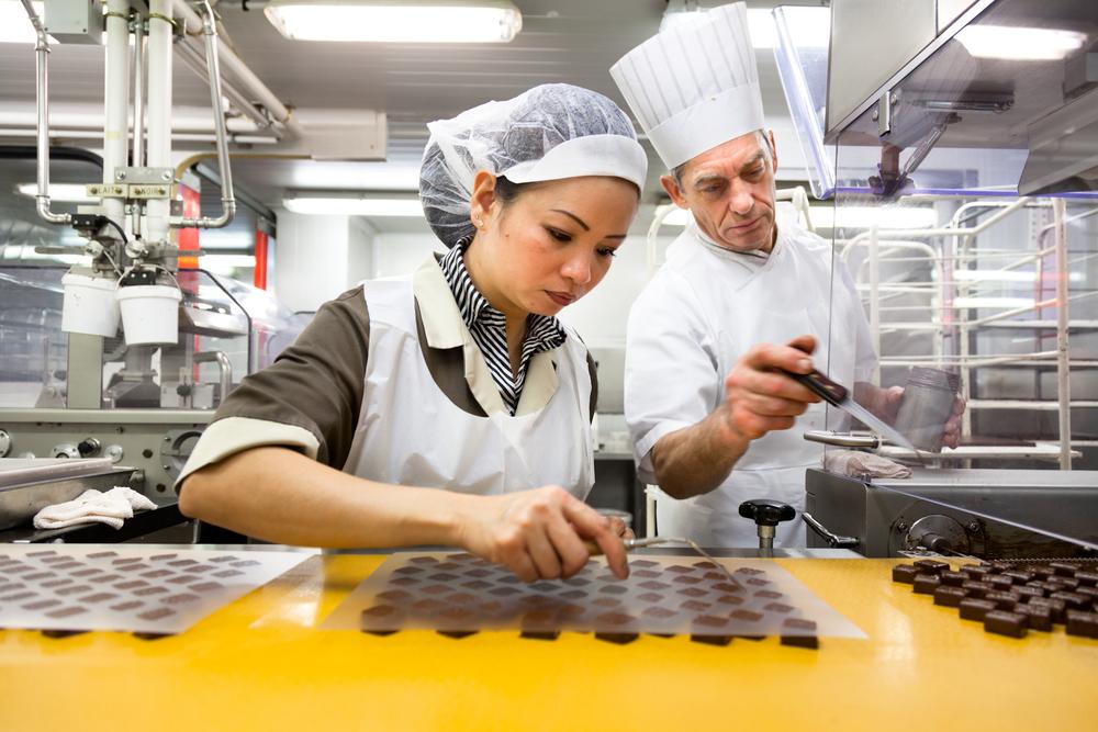 Au bout d'une des lignes de production, les chocolats sont décollés pièce par pièce. © T.Caron