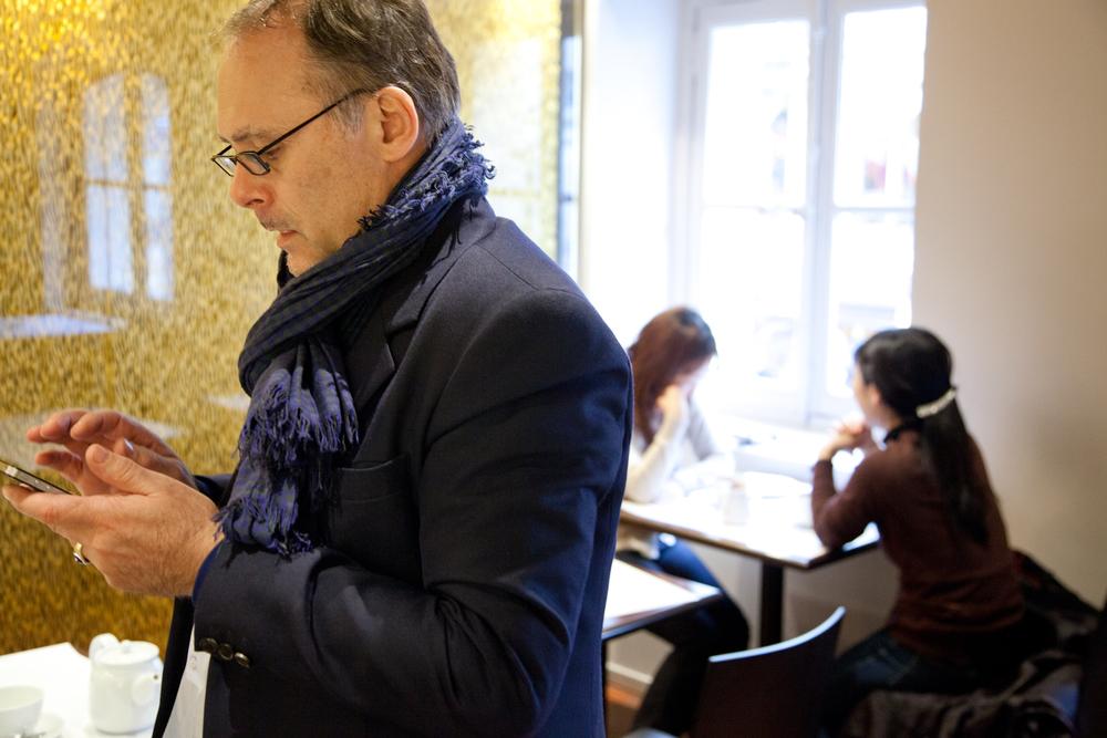 À l'étage de la boutique, à quelques pas de la place Vendôme, on peut goûter des chocolats chauds différents à chaque heure de la journée. © T.Caron
