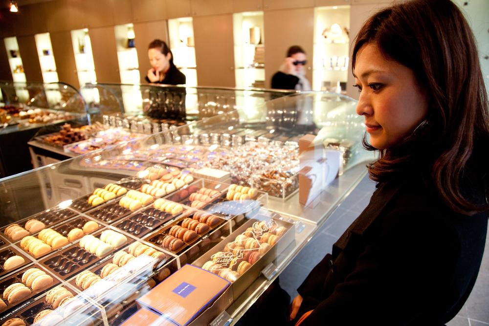 Ils passent chez Jean-Paul Hévin comme ils visitent le Louvre, mais repartiront avec macarons, tablettes et bonbons chocolat. © T.Caron