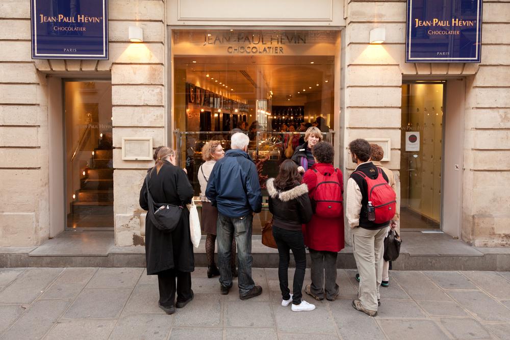 Devant la boutique de la rue Saint-Honoré, un guide et son groupe de touristes américains. © T.Caron