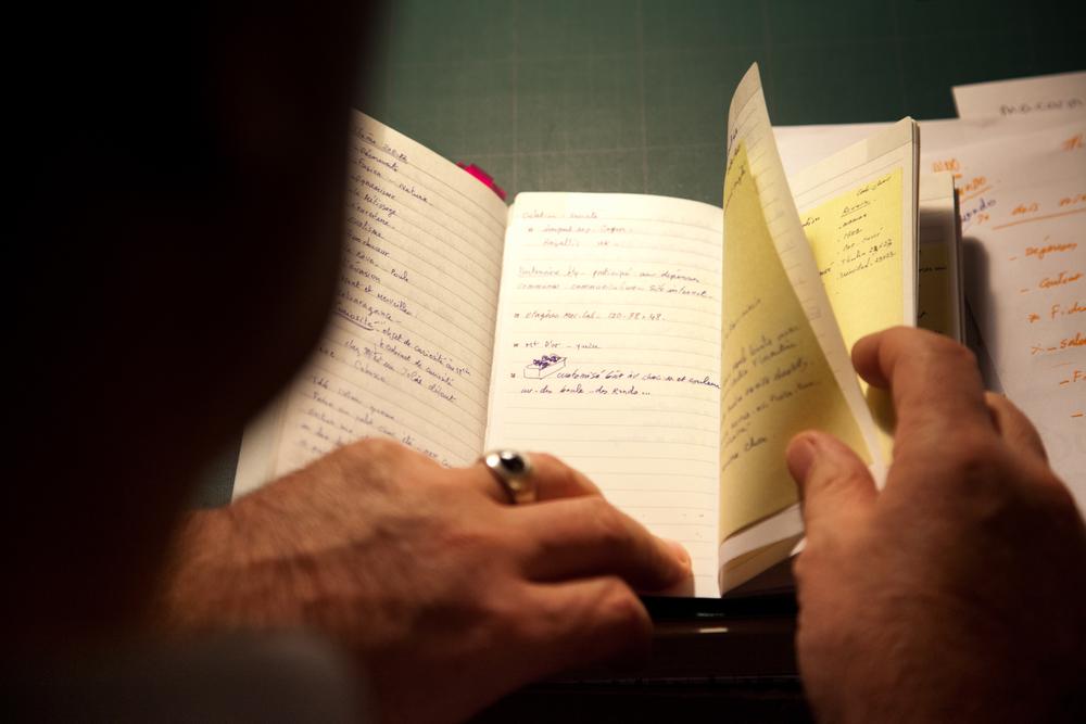Jean-Paul Hévin feuillette son carnet avant de finir sa journée. © Thierry Caron