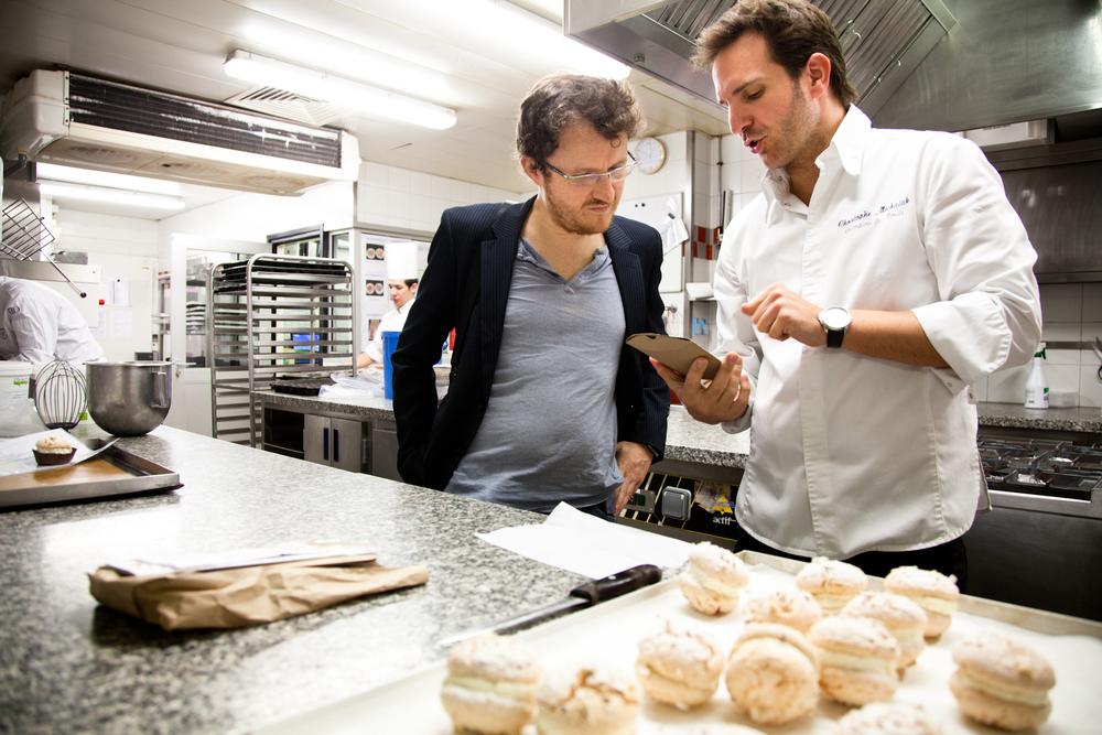 En discussion avec Pierre Tachon, designer. Les emballages de la future marque sont une partie intégrante de la pâtisserie de rue imaginée par Christophe Michalak. © T.Caron
