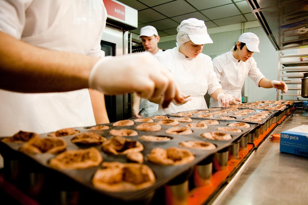 C'est là que sont produits entremets, petits gâteaux et fours secs, pour les boutiques parisiennes. Les macarons sont produits en Alsace. © T.Caron