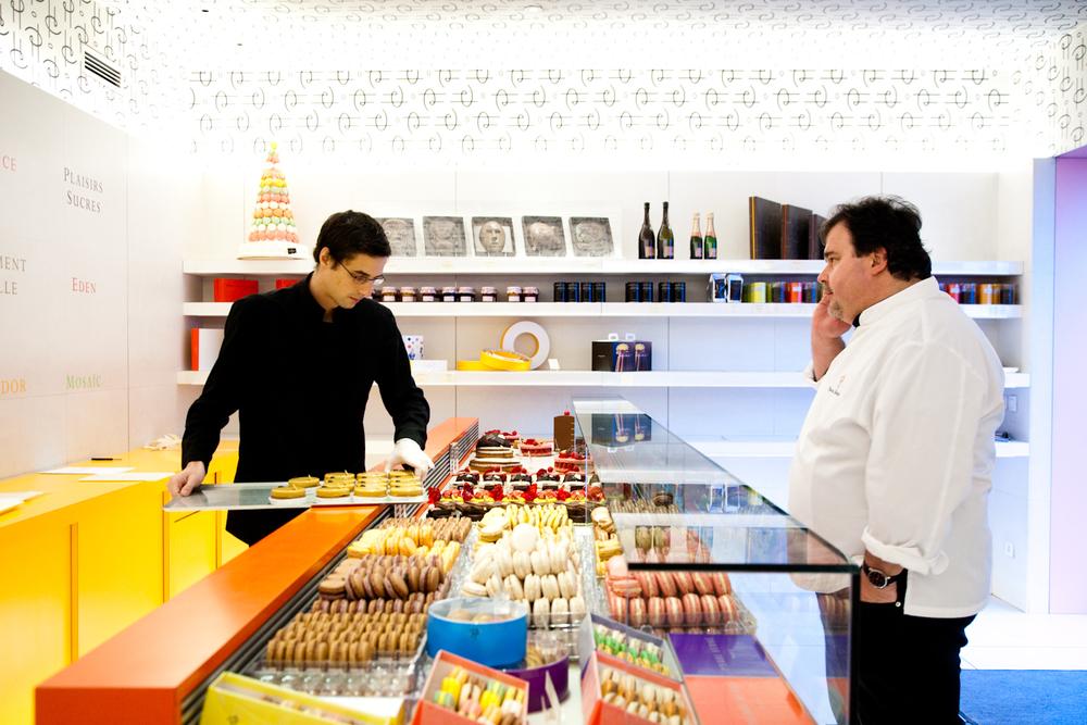 Les pâtisseries sont mise en place avant l'ouverture. Technique de vente, vocabulaire, savoir-être. Rien n'est laissé au hasard dans les boutiques. © T.Caron