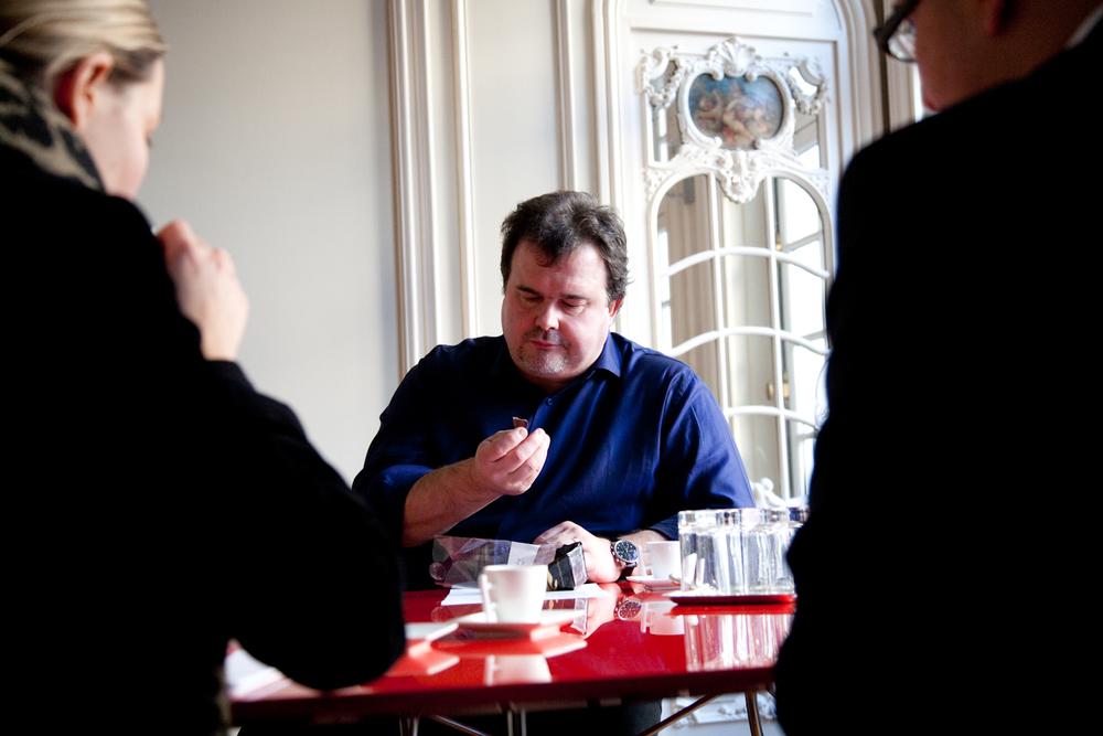 Pendant une réunion avec des fournisseurs, Pierre Hermé goute une nouvelle couverture. © T.Caron