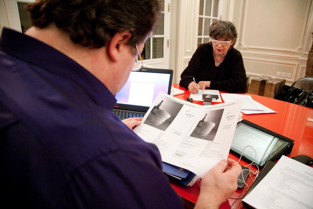 Avec Coco Jobard, styliste et plume de la maison, Pierre Hermé prépare les livres qui sortiront dans les mois prochains. © T.Caron