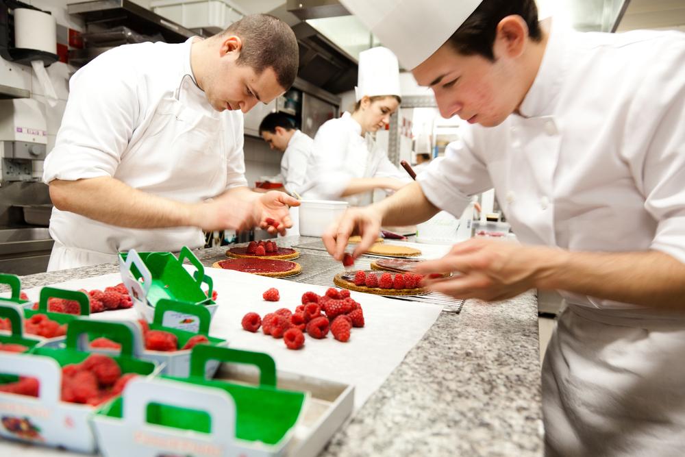 Son équipe de 12 pâtissiers et 6 boulangers, assure la production pour les 7 points de vente du Plaza, chaque jour à partir de 7H30. © T. Caron