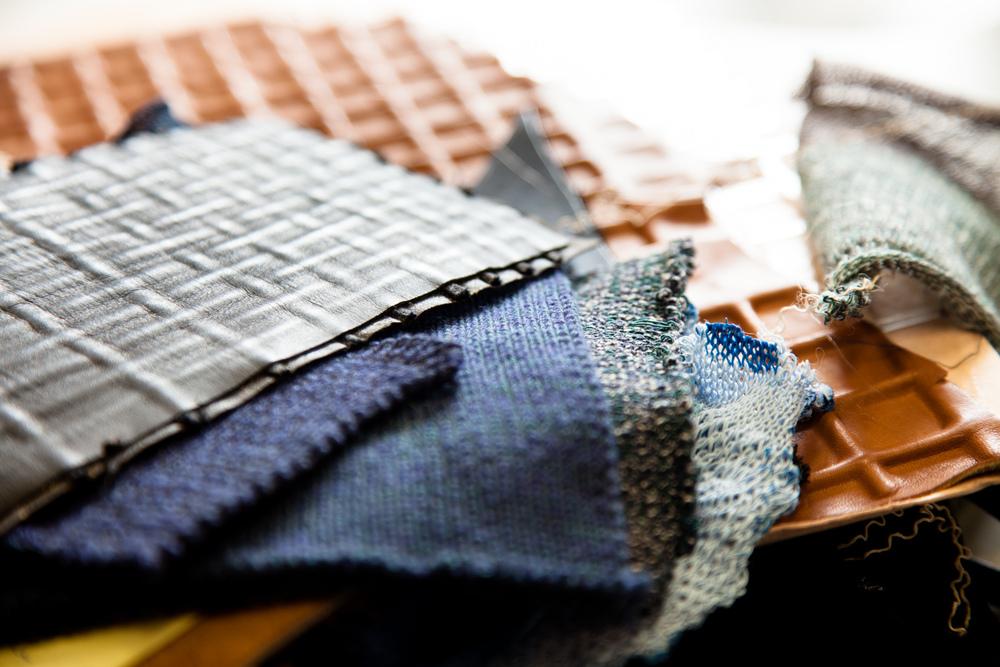 """Gauffrages et textiles.  Extraits de commandes des Compagnons du Devoir, autour des projets """" Défi Innover Ensemble """", en partenariat avec l'ENSCI-Les Ateliers, et l'Institut Français de la Mode. ( 2010-2015 )"""