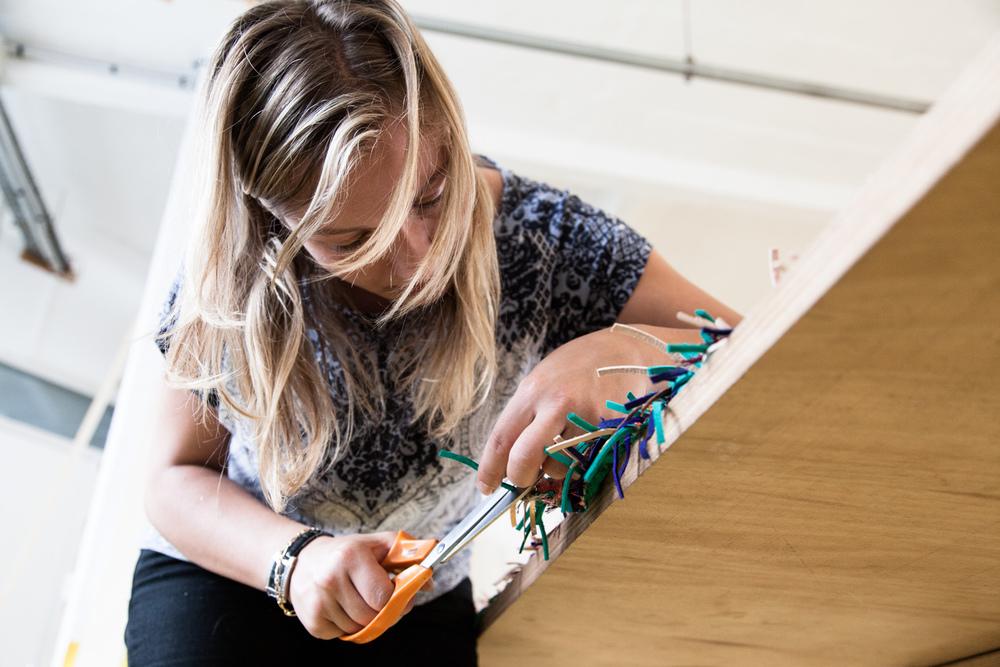 """Préparation d'un tissage en cuir.  Extraits de commandes des Compagnons du Devoir, autour des projets """" Défi Innover Ensemble """", en partenariat avec l'ENSCI-Les Ateliers, et l'Institut Français de la Mode. ( 2010-2015 )"""