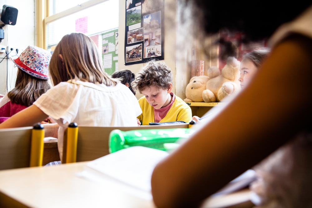 Écoliers au travail. École aujourd'hui, Paris.  Commande pour Télérama.