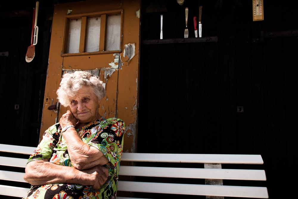 09 Juillet 2013. Georgette fait pousser des légumes dans son jardin. Ils permettent un complément à sa petite retraite.  Extrait du projet webdocumentaire   Les Pieds dans la France  , co-réalisé avec Stéphane Doulé et Camille Millerand.