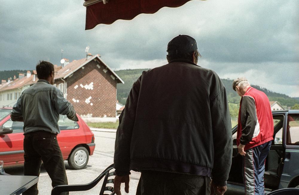 29 mai 2010. Rue de la Vologne. CaféChez P'tit Blond.Vers 14h, des retraités de la filature et un copain bûcheron rentrent chez eux.  Extrait du projet webdocumentaire   Les Pieds dans la France  , co-réalisé avec Stéphane Doulé et Camille Millerand.