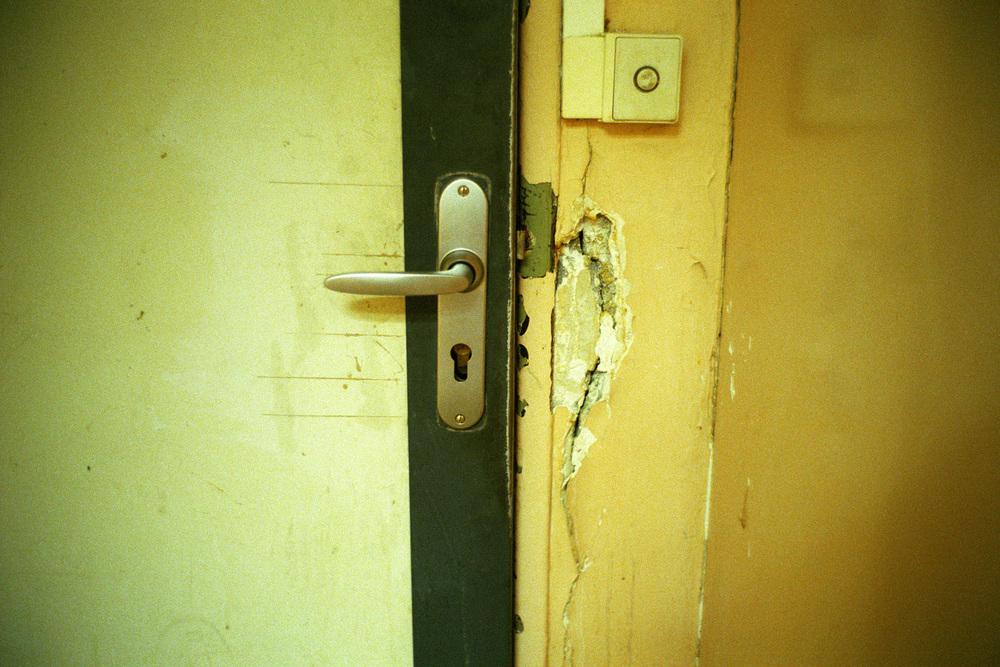 """Les portes ici, ne servent à rien. Fermées, elles s'ouvrent. De toute façon.  Extrait du webdocumentaire   """" Adoma, vers la maison ? """"  , séléctionné au festival Visa Pour l'Image 2009."""