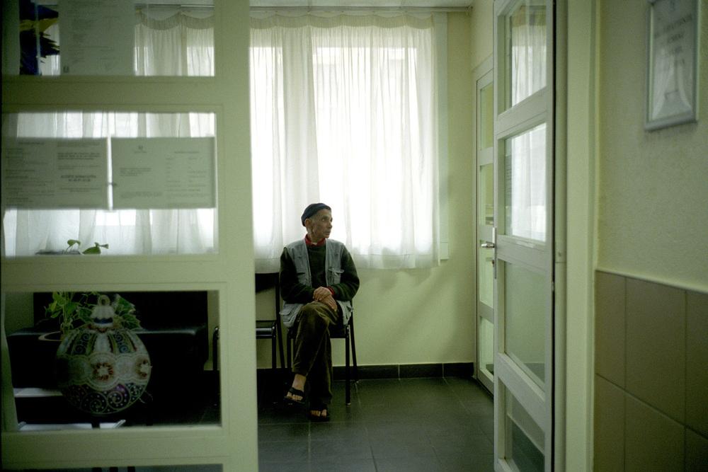 """Pour les obtenir, ou avoir des justificatifs variés, les jours sont souvent des suites d'attentes devant des bureaux.  Extrait du webdocumentaire   """" Adoma, vers la maison ? """"  , séléctionné au festival Visa Pour l'Image 2009."""