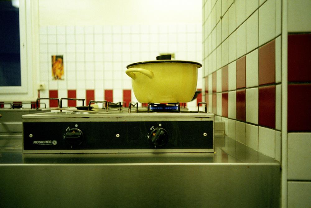 """Dans le temps, les repas se prenaient ensemble. Maintenant, les marmites mijotent toutes seules, et attendent que leurs propriétaires viennent les récupérer.  Extrait du webdocumentaire   """" Adoma, vers la maison ? """"  , séléctionné au festival Visa Pour l'Image 2009."""