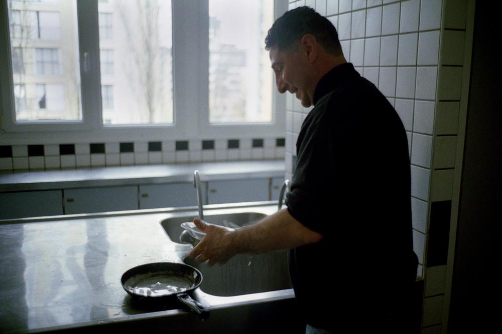 """Les nouveaux arrivants mangent encore dans les cuisines communes, au moins pendant quelques semaines. Il y avait 10364 demandes d'asile en 2001. Il y en a eu 2727 en 2006. ( Ministère de l'Intérieur) Les chiffres des expulsions font l'objet d'un contrat d'objectif depuis Juin 2007.  Extrait du webdocumentaire   """" Adoma, vers la maison ? """"  , séléctionné au festival Visa Pour l'Image 2009."""
