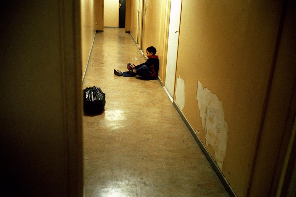 """Les enfants eux, font leurs devoirs où ils peuvent, et tentent de grandir sous la lumière des néons.  Extrait du webdocumentaire   """" Adoma, vers la maison ? """"  , séléctionné au festival Visa Pour l'Image 2009."""