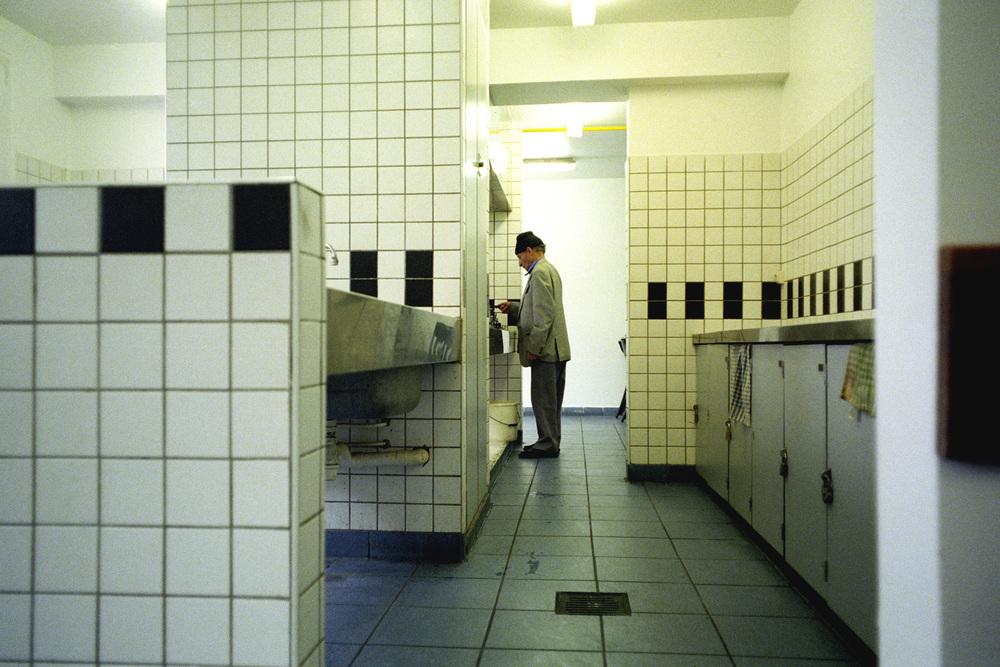 """La cuisine n'est plus qu'un lieu de passage.  Extrait du webdocumentaire   """" Adoma, vers la maison ? """"  , séléctionné au festival Visa Pour l'Image 2009."""