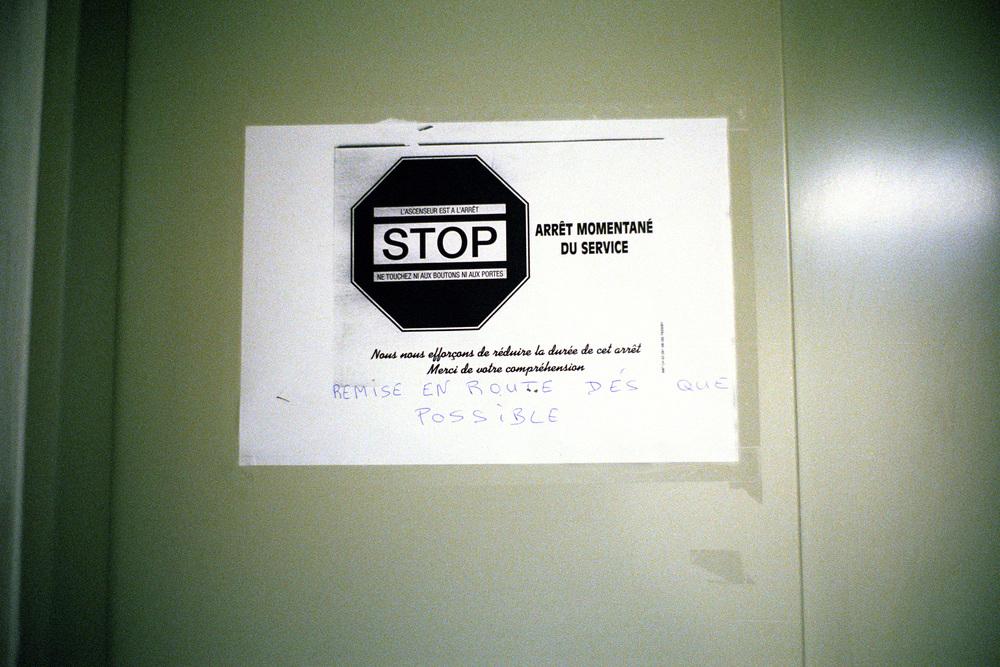 """Il est passé par l'escalier de secours. L'ascenseur est en panne.  Extrait du webdocumentaire   """" Adoma, vers la maison ? """"  , séléctionné au festival Visa Pour l'Image 2009."""