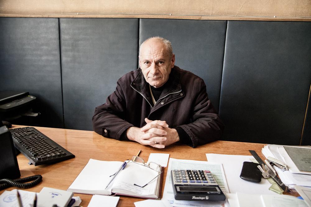 """Karen Abreyan, premier adjoint au maire d'Ashotsk. """"ll y a eu 11 victimes et beaucoup de dégats. Tout le monde a été obligé d'abandonner son logement. Ils menaçaient de s'écrouler. Je travaillais en face de la mairie. Le sol faisait comme des vagues. Je n'arrivais plus à m'orienter...""""  Extraits du webdocumentaire   Ashotsk, aux confins de l'Arménie  ."""