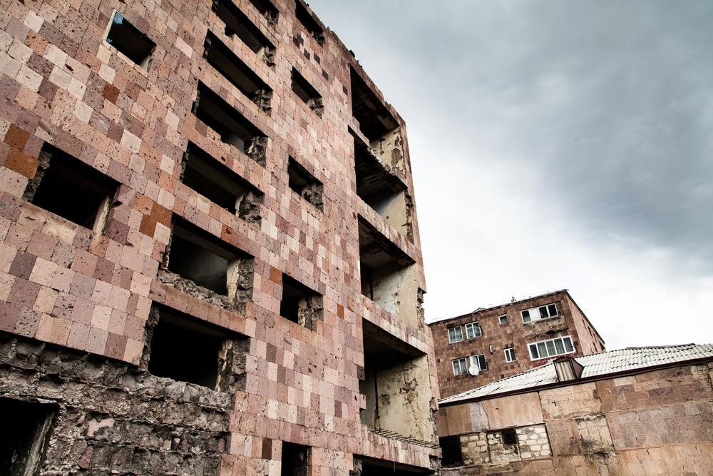 Le séisme, d'une magnitude de 7 sur l'échelle de Richter, fait 30000 victimes et plus de 500000 sans-abris. Gyumri, la deuxième ville du pays est détruite à 60 %. Ashotsk, à 25 kilomètres de là, n'est pas épargnée. Dans une rue de la ville, un immeuble évacué. Les ruines, omniprésentes, pèsent sur le quotidien des habitants.  Extraits du webdocumentaire   Ashotsk, aux confins de l'Arménie  .