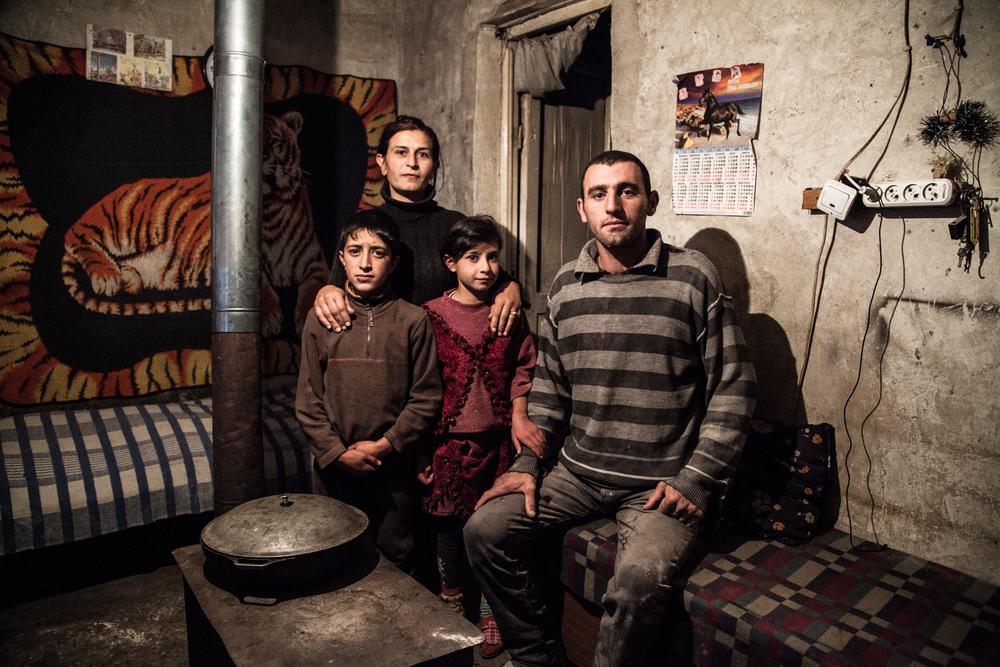 """Anna a perdu son mari. Elle vit avec ses enfants, Arman et Vartuhi, dans un domik d'Ardénis, un village près d'Ashotsk. Son nouveau compagnon a 27 ans et une hernie. Il travaille dans une porcherie où il gagne 30000 Drams par mois (60 euros). Le salaire mensuel moyen était de 120000 Drams en Novembre 2012 selon le Service National de la Statistique. Il préfère habiter ici qu'à la ville."""" C'est plus dur mais moins cher."""" Il vient de Gyumri et a perdu 3 frères dans le tremblement de terre.  Extraits du webdocumentaire   Ashotsk, aux confins de l'Arménie  ."""