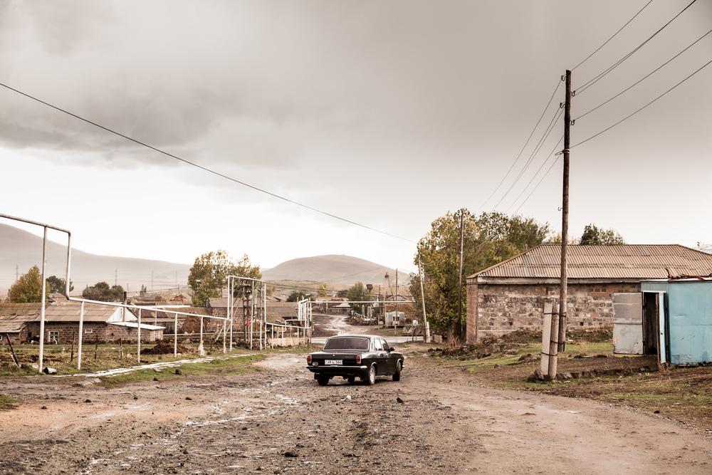 À gauche, la route pour Gyumri, puis Yérévan. Tout droit, la frontière turque à moins de 20 kilomètres. Elle est fermée, entravant les déplacements et le commerce. Enfin, à droite et à 8 kilomètres, la Géorgie. Puis la Russie.  Extraits du webdocumentaire   Ashotsk, aux confins de l'Arménie  .