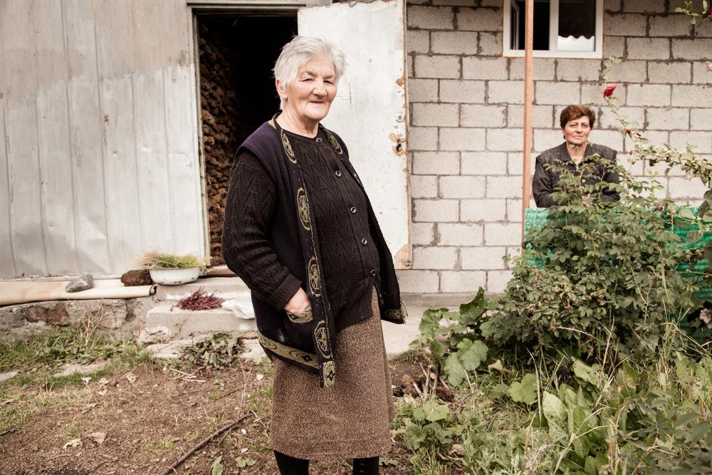 Julieta et sa belle-fille Rousanna. Leur domik, après transformation, ressemble désormais à une maison. Cet après-midi, elles stockent les pains de atar ( bouse de vaches ) qui serviront à les chauffer cet hiver. Julieta est veuve. Le mari de Rousanna est lui aussi parti travailler en Russie. Le couple a 3 filles, et un fils au Karabagh qui sert sur la frontière en ce moment. Et il y a 2 jours ( le 1er Octobre 2014), un soldat arménien a été tué sur la frontière...  Extraits du webdocumentaire   Ashotsk, aux confins de l'Arménie  .