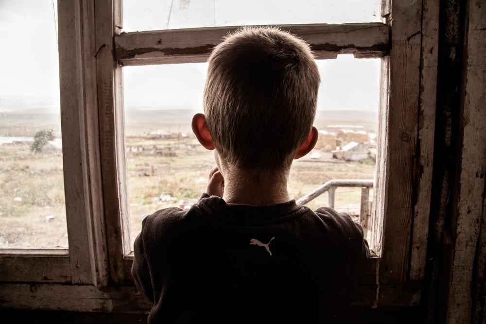 Jorik et son frère Hovo habitent à Garnarish. Le père des 2 garçons est parti en Russie cette année. Mais il a passé 2 mois en prison comme travailleur sans papier. Et n'a pas été payé par son employeur...  Extraits du webdocumentaire   Ashotsk, aux confins de l'Arménie  .