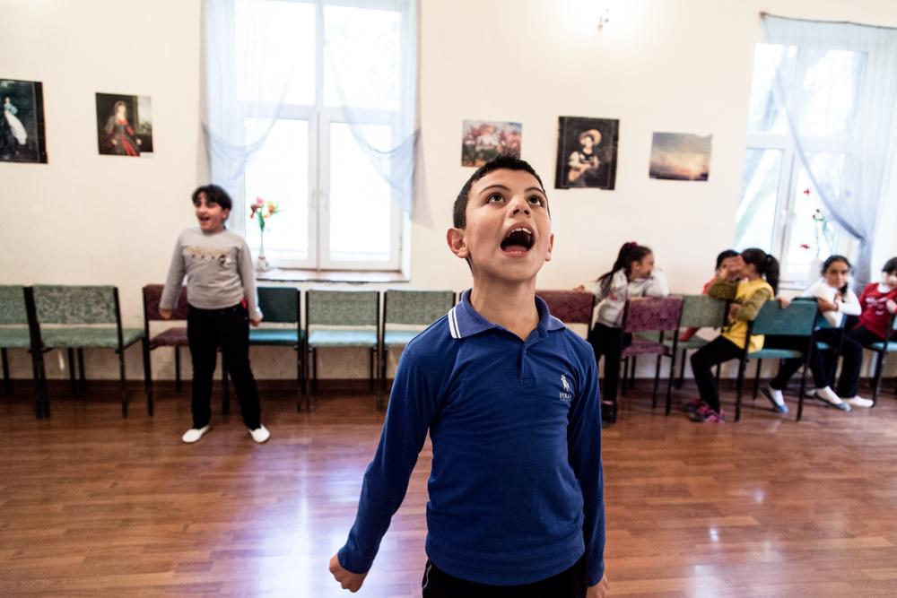 L'École d'Art a réouvert il y a peu. Une centaine d'enfants est accueillie, pour 2000 Drams mensuels (4 €). Il peuvent y suivre des cours de kanoun ( cithare), de piano, ou de danse arménienne. Dans une pièce, comme un autel: le drapeau arménien, une photographie d'un héros de la première république et celle du président actuel. La culture comme ferment de l'identité arménienne.  Extraits du webdocumentaire   Ashotsk, aux confins de l'Arménie  .