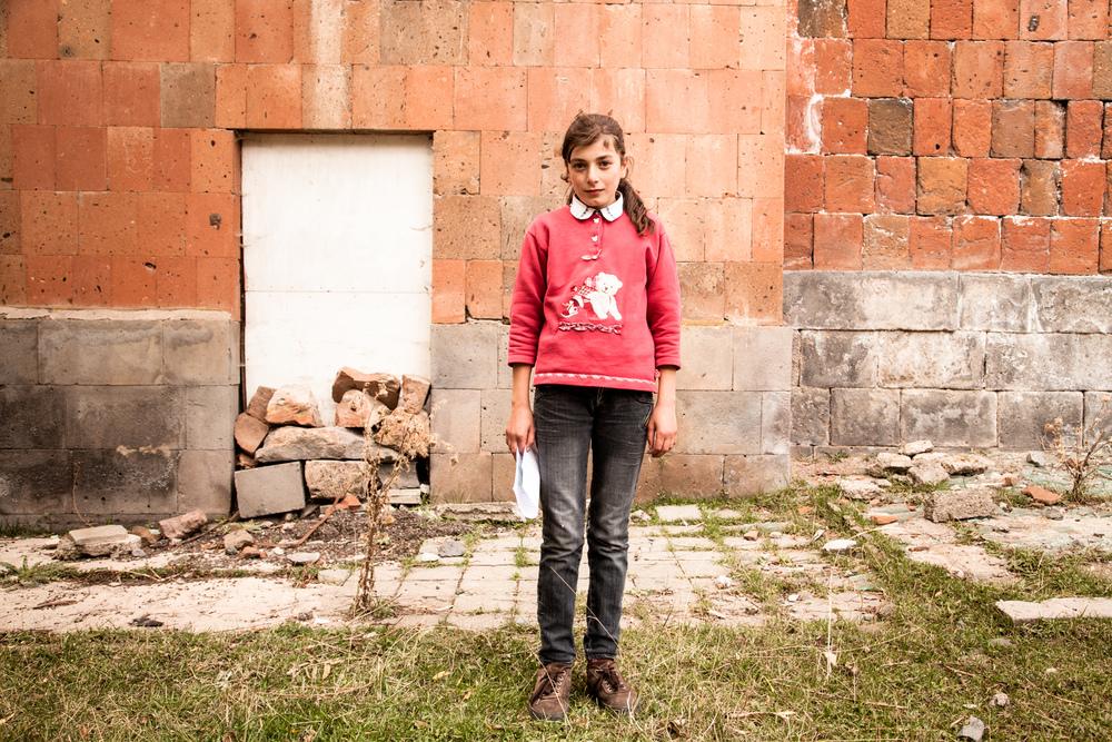 Nazéli a 12 ans et rentre de l'école. En classe de 12ème, à 15 ans, elle suivra comme tous un cours d'instruction militaire, où garçons et filles apprendront notamment à se servir d'une Kalachnikov. Pour l'instant, elle a ses devoirs à faire. À l'issue de leurs études secondaires, de nombreuses filles arrêtent leur scolarité pour se marier et fonder une famille. La poursuite d'études est un luxe sans aide humanitaire.  Extraits du webdocumentaire   Ashotsk, aux confins de l'Arménie  .
