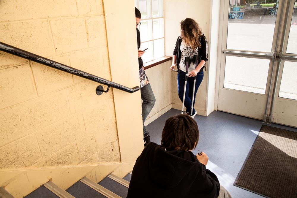 Tiffany, David et Nicolas profitent d'un intercours pour consulter leurs messages.  Extrait du projetLes pieds dans la Franceco-réalisé avecStéphane DouléetCamille Millerand.   http://www.unpieddanslafrance.fr/evreux