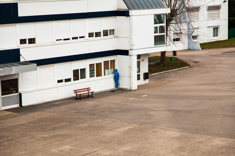 Un élève nettoie la cour pendant une heure de retenue.  Extrait du projetLes pieds dans la Franceco-réalisé avecStéphane DouléetCamille Millerand.   http://www.unpieddanslafrance.fr/evreux
