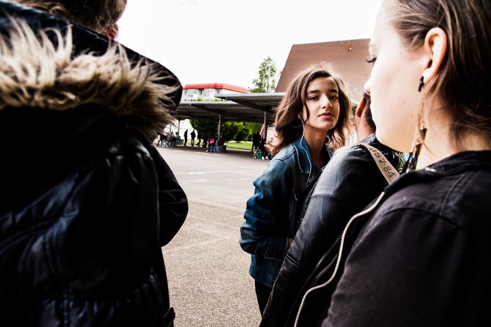 Sarah retrouve ses amies au collège.  Extrait du projetLes pieds dans la Franceco-réalisé avecStéphane DouléetCamille Millerand.   http://www.unpieddanslafrance.fr/evreux